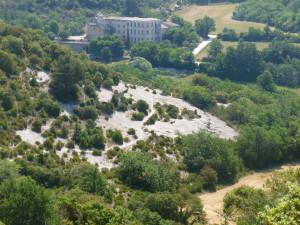 Le château de Buoux est en vue, tout comme le sentier qui va nous y amener